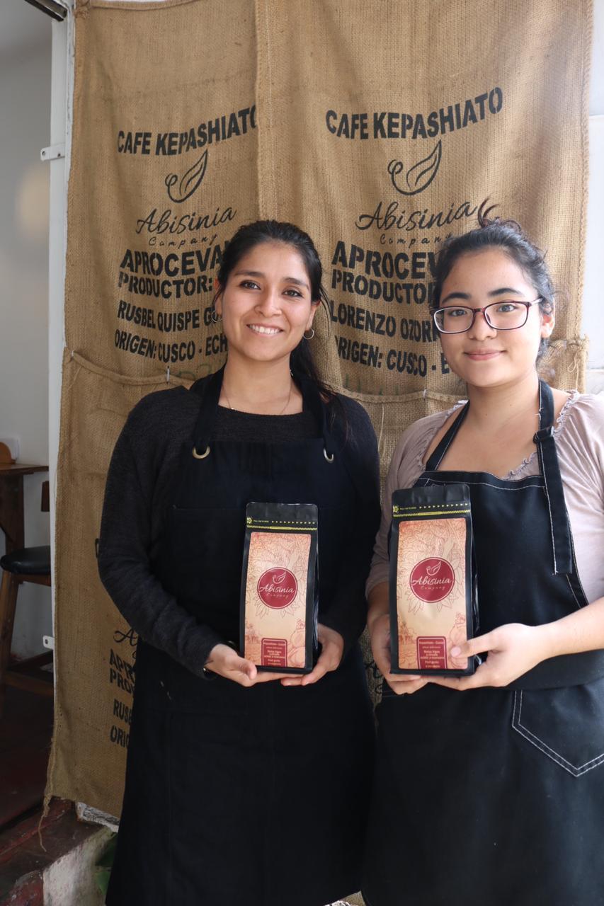 Ariana Medina, ganadora de 'Espressate Mujer', al lado de Hitomi Ontaneda, quien la acompañó en este proceso. (Esther Vargas)