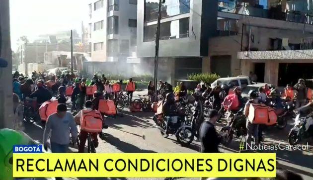 Rappi: Trabajadores queman mochilas frente a sede de la empresa en Colombia| VIDEO