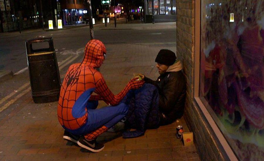 Facebook: Hombre se disfraza de Spider-Man para alimentar a los indigentes