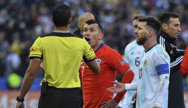 Narradores argentinos indignados por la expulsión de Messi ante Chile | VIDEO