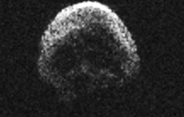 Asteroide con forma de cráneo pasa cerca de la Tierra