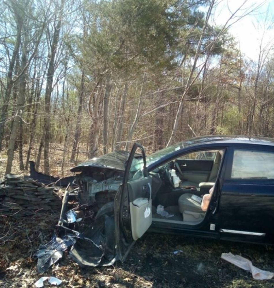 El carro terminó estrellado contra un árbol. (Foto: Facebook Town of Cairo New York Police Department)