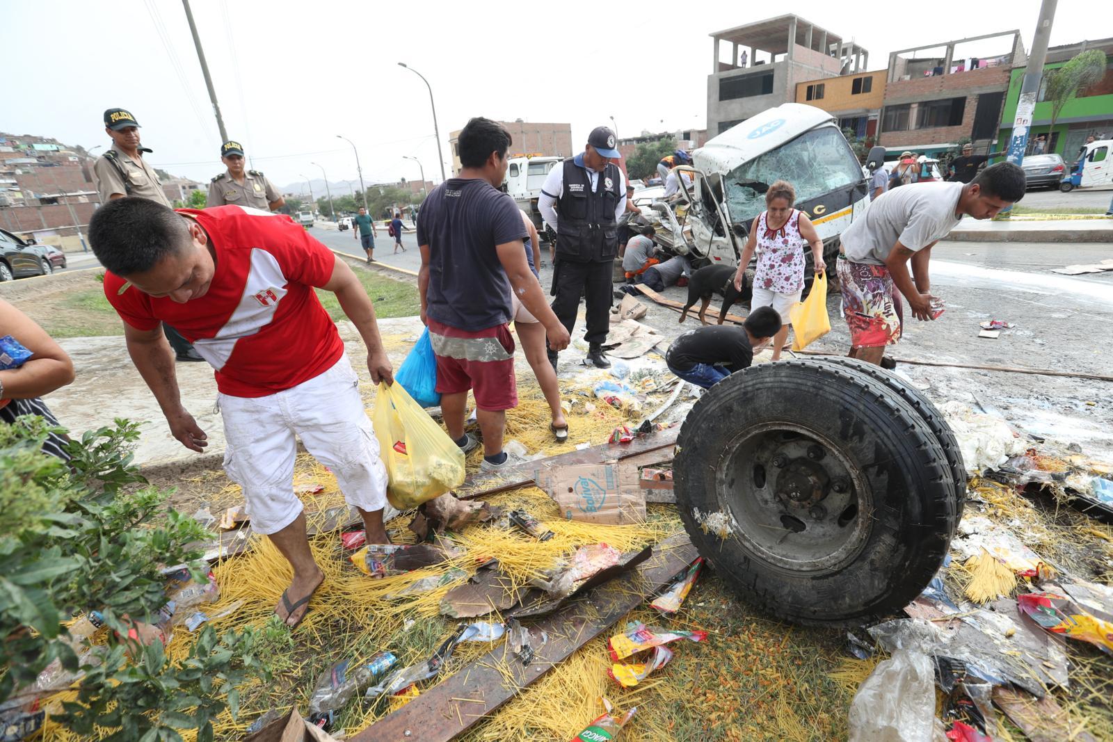Callao: no respetaron la muerte y vecinos saquearon camión que se despistó en Mi Perú   FOTOS