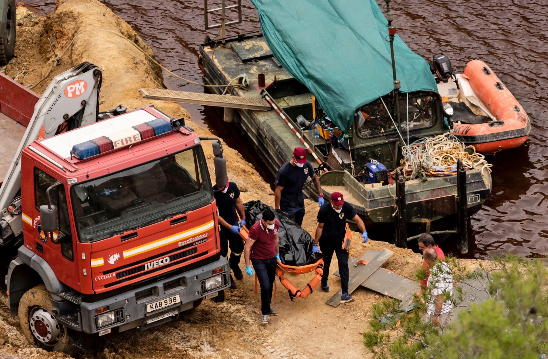 Foto del 4 de junio de 2019. Investigadores chipriotas sacan el cadáver de una de las víctimas del asesino en serie Nikos Metaxas. (AFP)