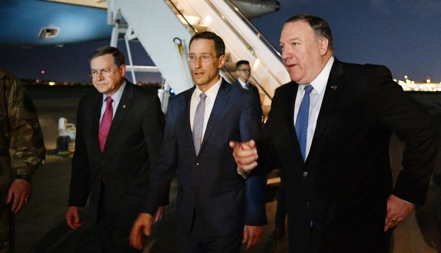 El secretario de Estado de EE.UU., Mike Pompeo, camina con el subsecretario interino para Asuntos del Cercano Oriente en el Departamento de Estado y el encargado de negocios de la Embajada de los EE.UU. (Foto: AFP)