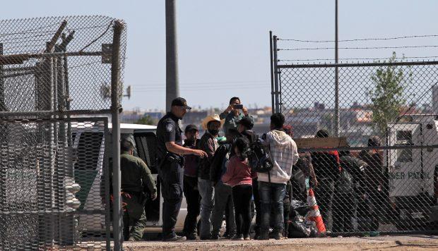 Estados Unidos desaloja a grupo de milicianos que detenía a migrantes en la frontera