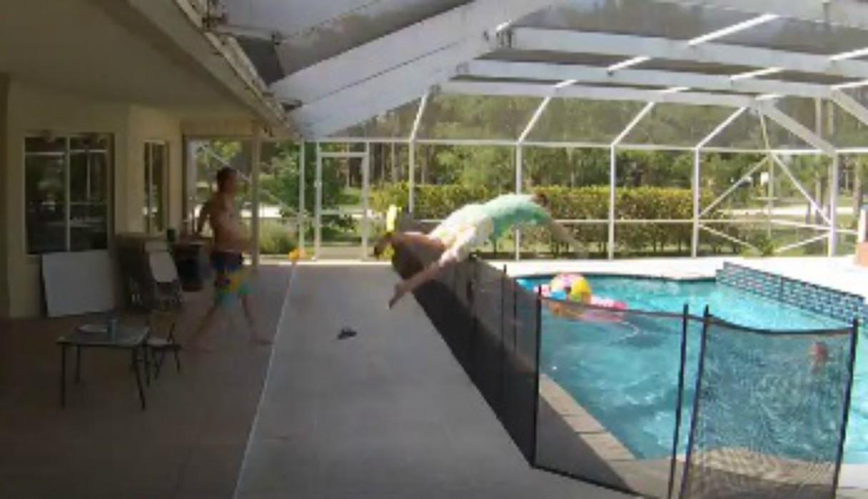 La rápida reacción de un hombre al notar que su hijo estaba ahogándose en una piscina