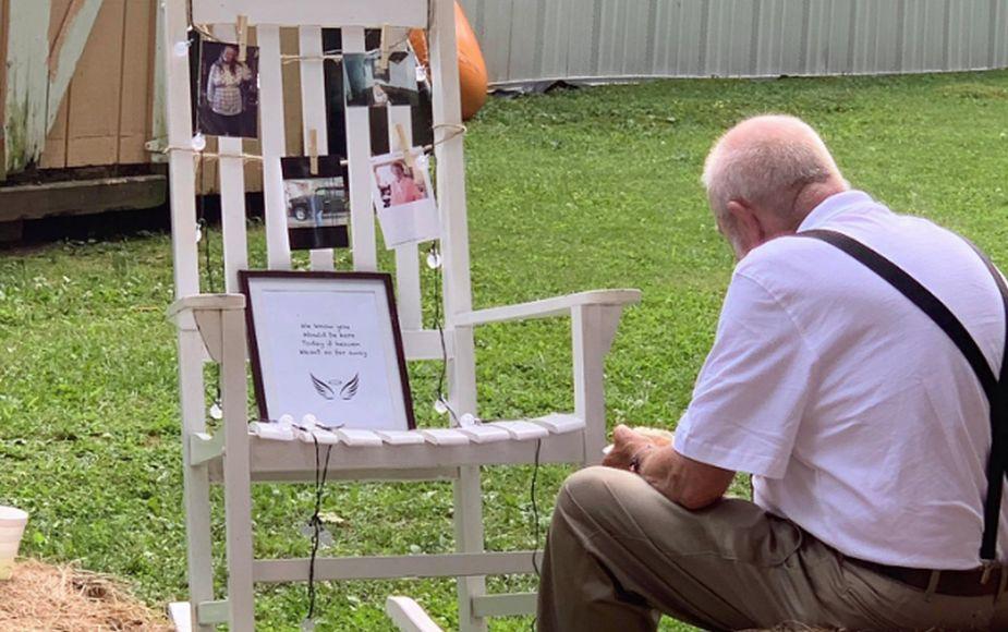 VIRAL: Abuelo come solo junto al memorial de su esposa fallecida en boda de su nieta