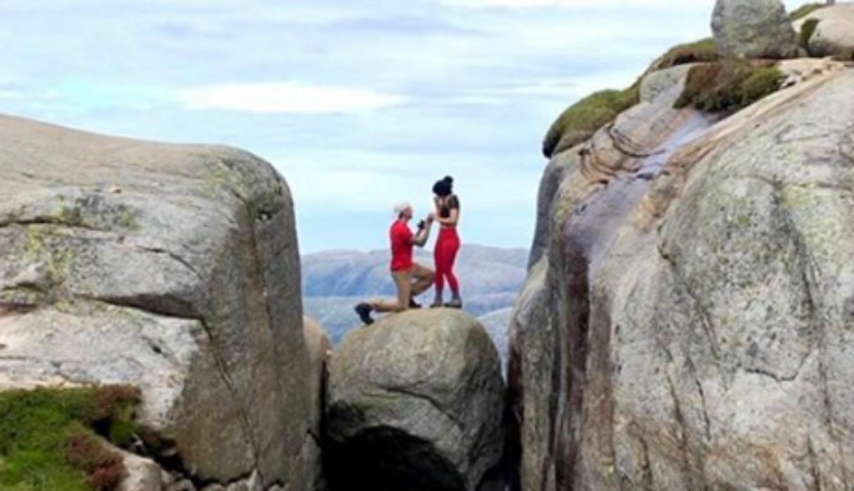 Le pide matrimonio a su novia sobre una roca atascada a mil metros de altura y genera polémica en redes