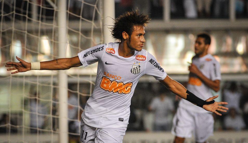 Neymar se unió en 2003 al Santos F. C. y después de estar en las categorías inferiores, fue promocionado al primer equipo.(Foto: AFP)