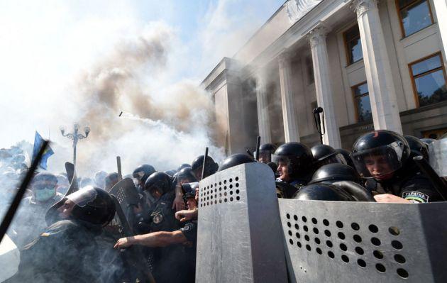 Ucrania: Explosión frente a Parlamento deja al menos un centenar de heridos