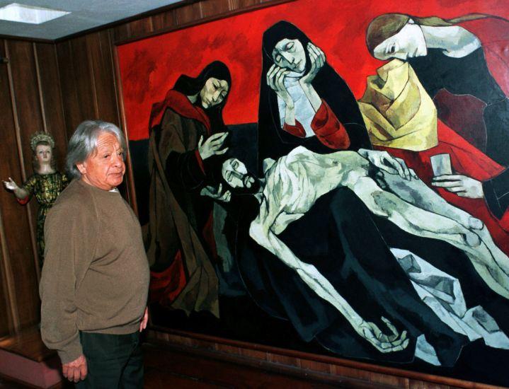 24 de febrero de 1999. El pintor ecuatoriano Oswaldo junto a una de sus pinturas en Quito. [Foto: Reuters]