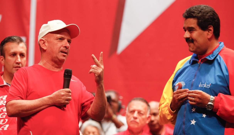 El militar retirado Hugo Carvajal dijo además que la reagrupación de las FARC debe preocupar también a Venezuela. En la foto, Carvajal junto a Nicolás Maduro en Caracas, en julio de 2014. (Foto: AFP)