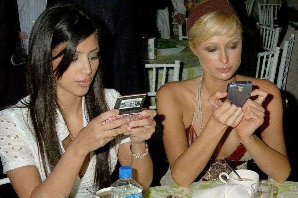 Antes de ser sinónimo de fama, Kim Kardashian era conocida por ser la amiga/asistente/estilista de Paris Hilton en los primeros años del nuevo siglo. (Fotos: @ParisHilton en Twitter)