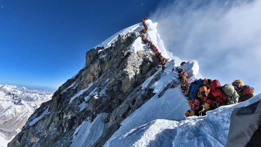 La increíble foto que muestra atasco de más de 200 montañistas en la cima del Everest