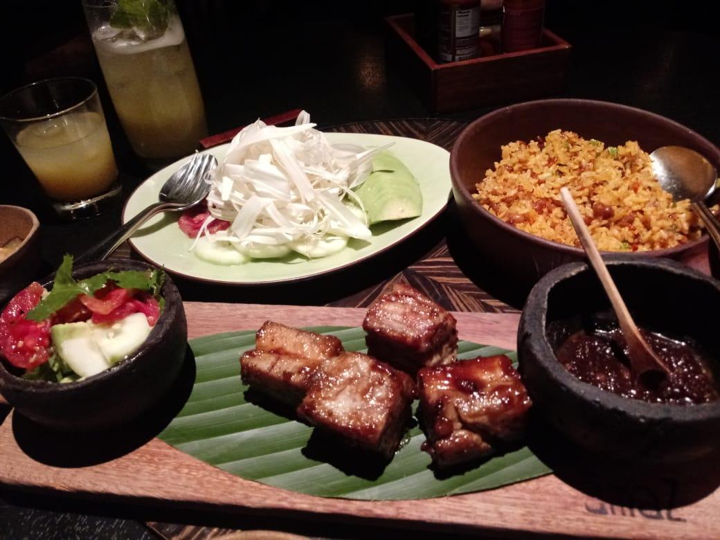 Platos de fondo. Costillas de cerdo ahumadas, arroz con chorizo y ucayalino, y ensalada loretana.