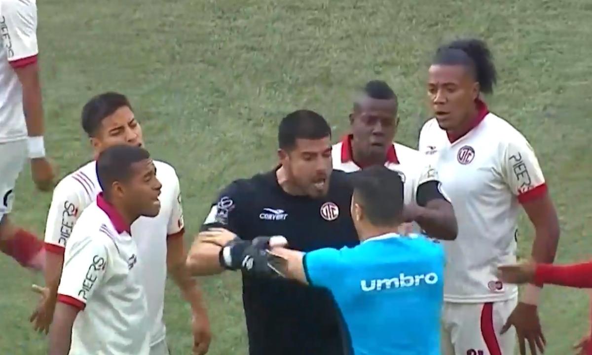Universitario vs. UTC EN VIVO: Erick Delgado se volvió 'loco' y agarró al árbitro en medio del reclamo | VIDEO - El Bocón