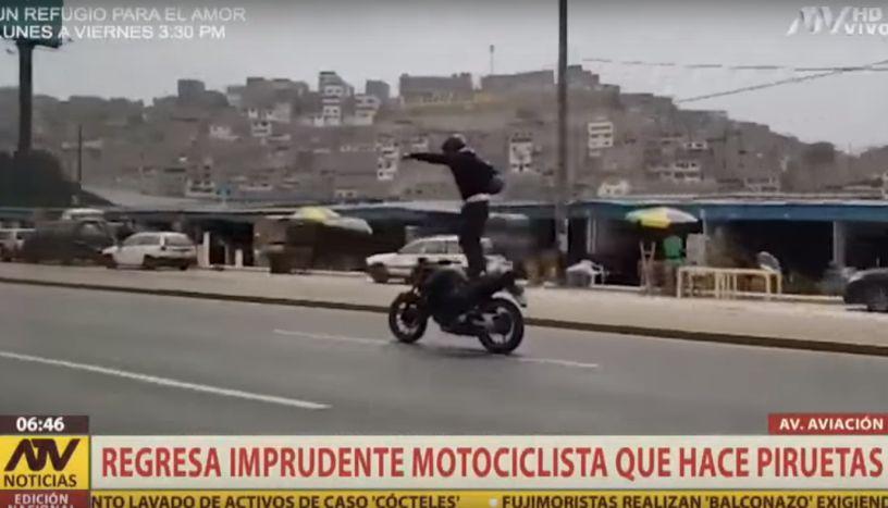 Vuelven a grabar a sujeto que hace piruetas encima de su moto en pleno movimiento
