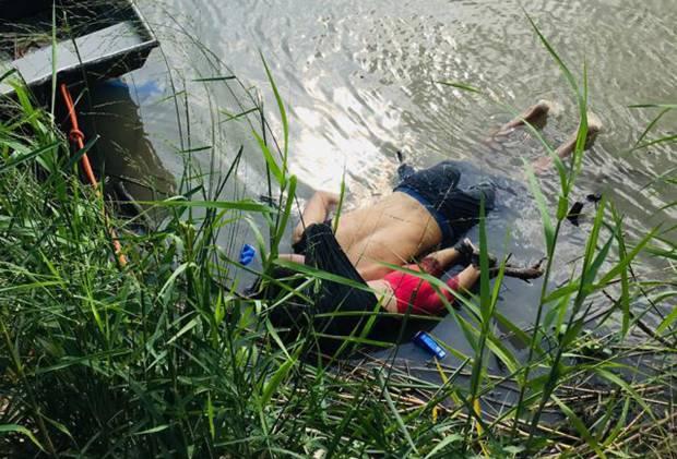 Vista de los cuerpos del migrante salvadoreño Oscar Martínez Ramírez y su hija, quienes se ahogaron mientras intentaban cruzar el Río Bravo. (Foto: AFP)