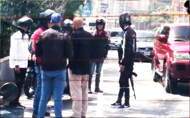 Guaidó frustra intento de secuestro de su equipo en autopista de Caracas   VIDEO