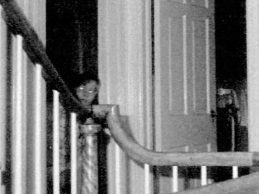 La famosa foto de la casa y el niño fantasma de Amityville en 1976 (Foto: Warren Files)