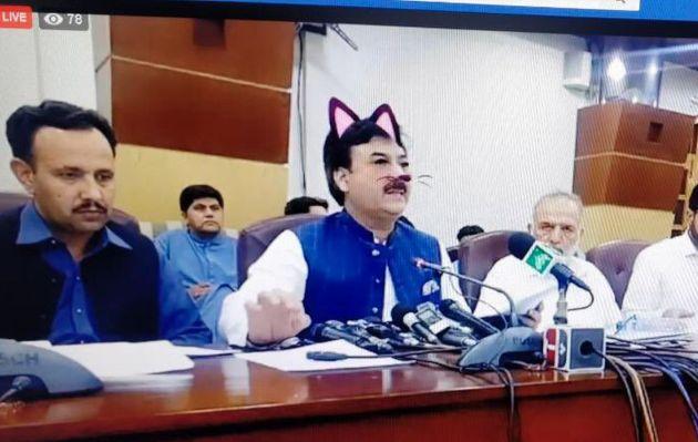 Ministro de Pakistán aparece en transmisión de Facebook con filtro de gato