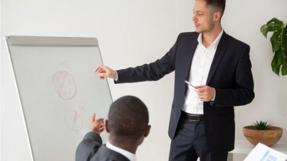 El mentor ayuda a establecer metas claras a las personas que buscan su ayuda. (Foto: Freepik)