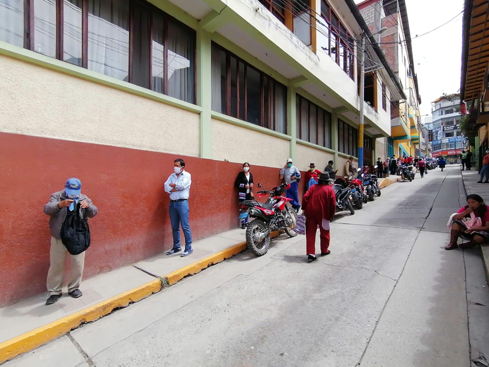 Coronavirus en Perú: más de 100 adultos mayores acuden al banco en Abancay para cobrar bono y Pensión 65