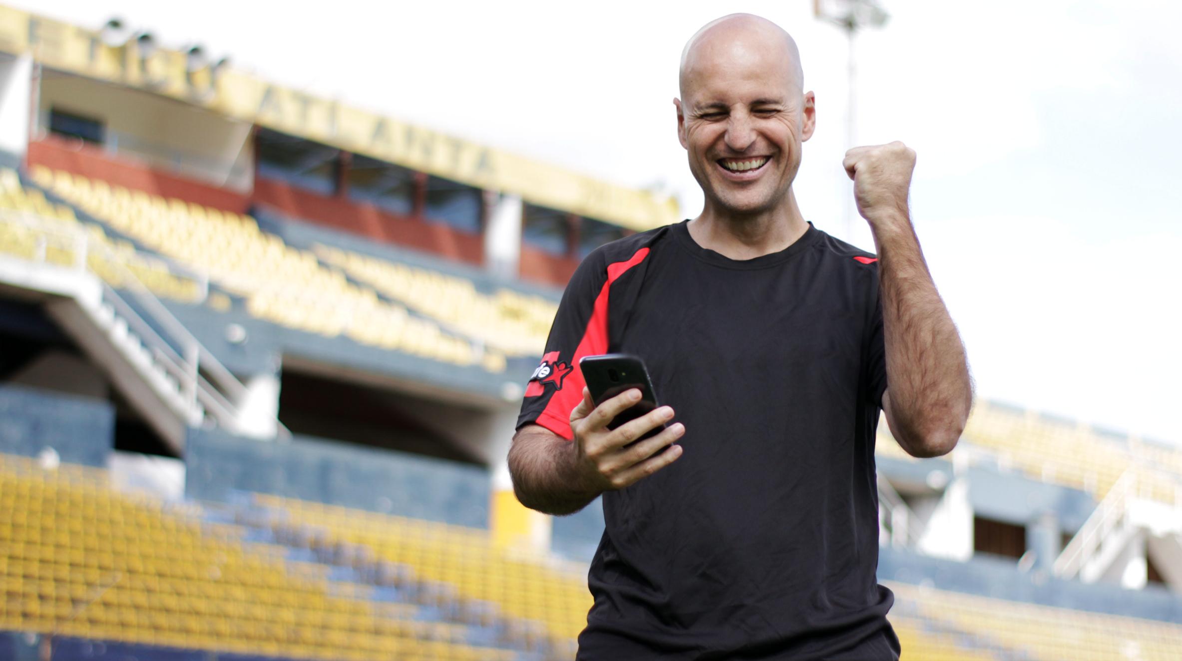 Bonnet fue subcampeón de la Copa Libertadores con el Sporting Cristal en el año 1997.