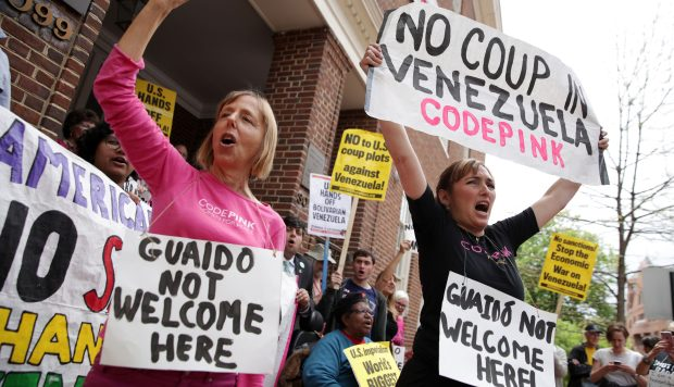 Activistas que tomaron embajada de Venezuela en Estados Unidos enfrentan hasta 1 año en prisión
