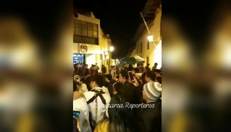 Jóvenes se ponen a bailar en pleno centro de Cajamarca tras fuerte sismo y generan la indignación de usuarios