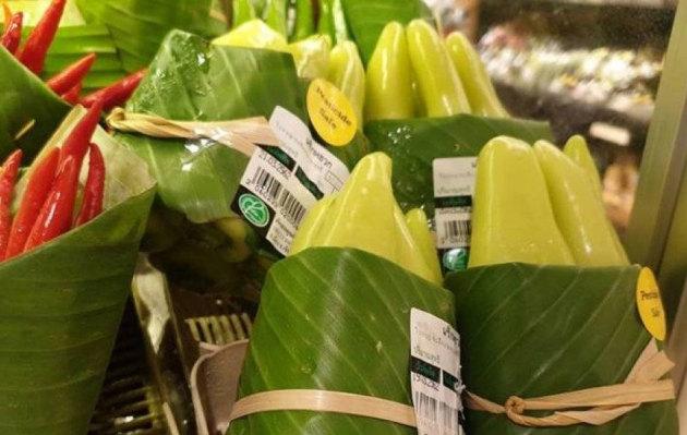 Supermercado deja atrás el plástico y envuelve alimentos en hojas de plátano
