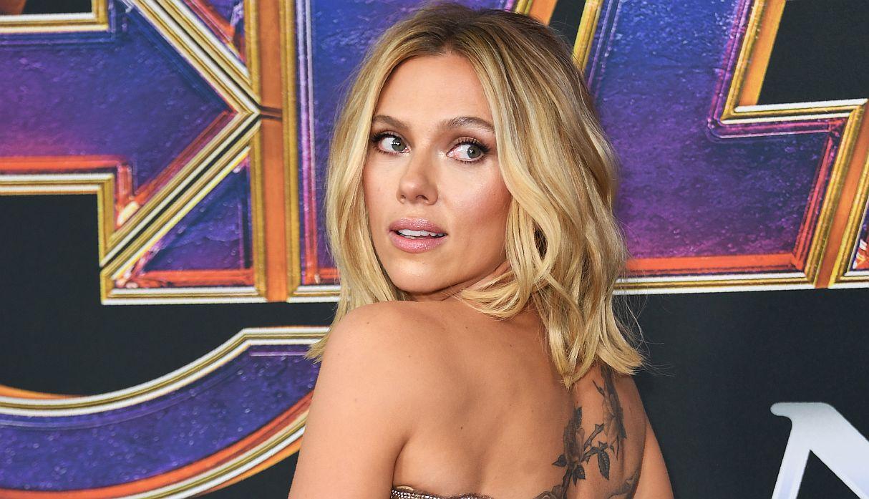 """Scarlett Johansson rompe su silencio y responde a críticas tras renunciar a papel transexual en """"Rug & Tug"""""""