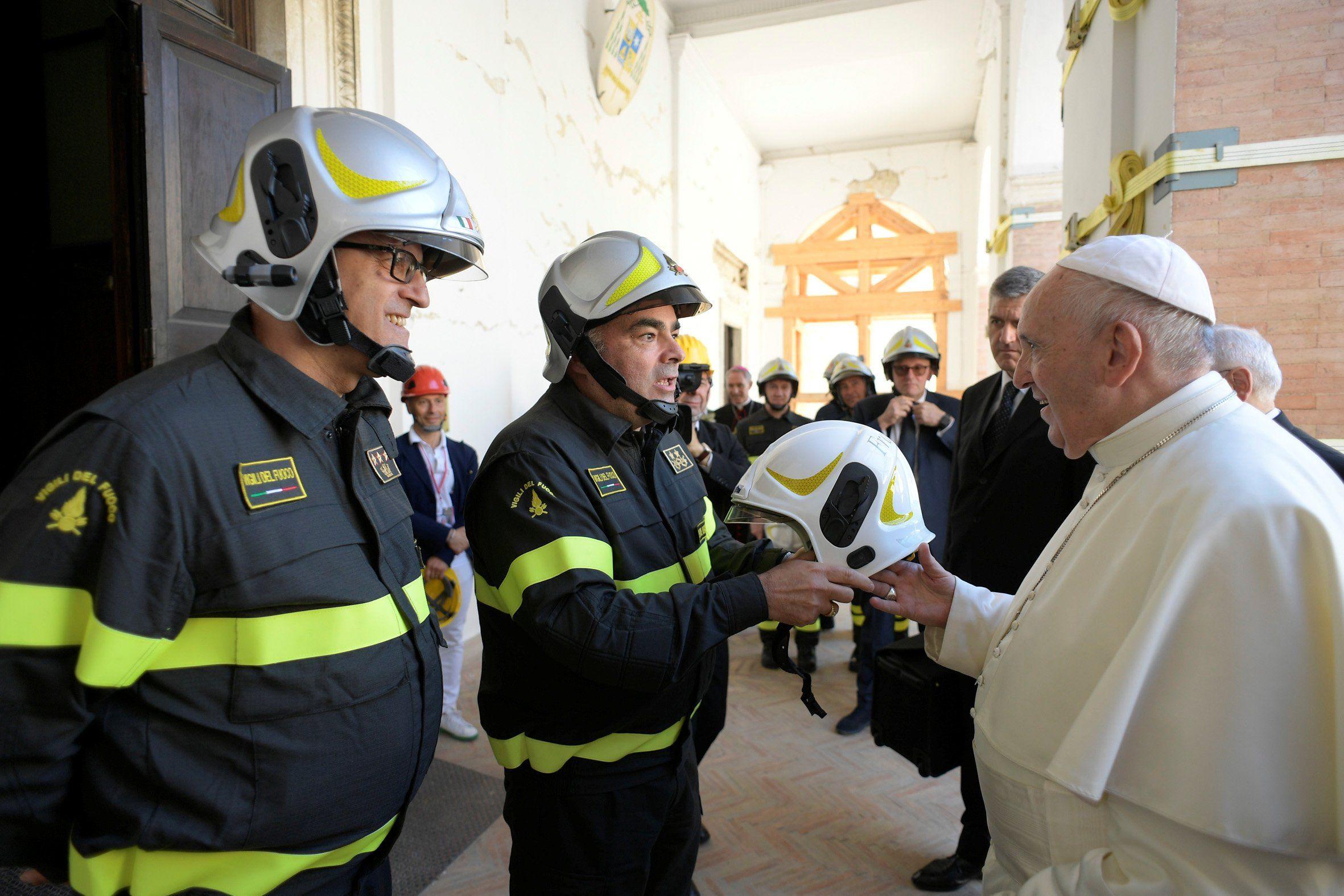El papa Francisco visitó este domingo Camerino, una de las localidades más afectadas por el terremoto de 2016 en el centro de Italia. (Reuters)