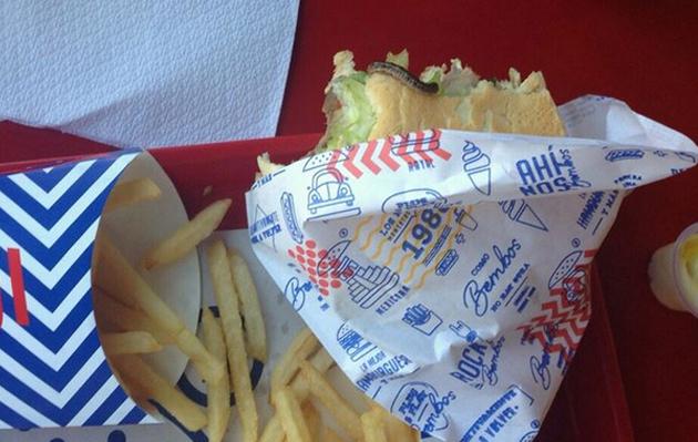 Bembos: usuaria denuncia haber encontrado un gusano en su hamburguesa