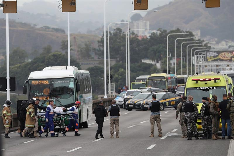 EFE. Una rehen libertada por el secuestrador tras salir del autobus este martes en el puente Rio-Niterói.