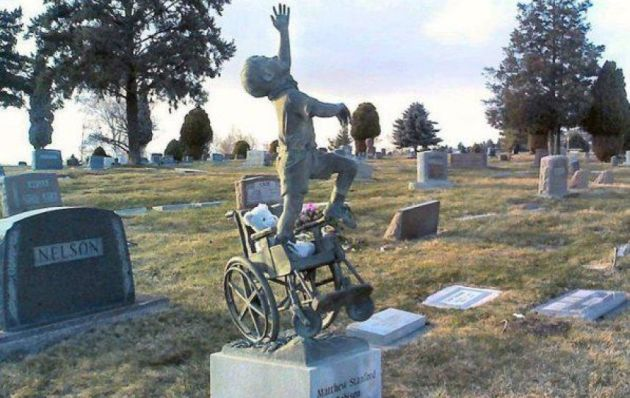 Padre rediseña la lápida de su hijo para rendirle tributo