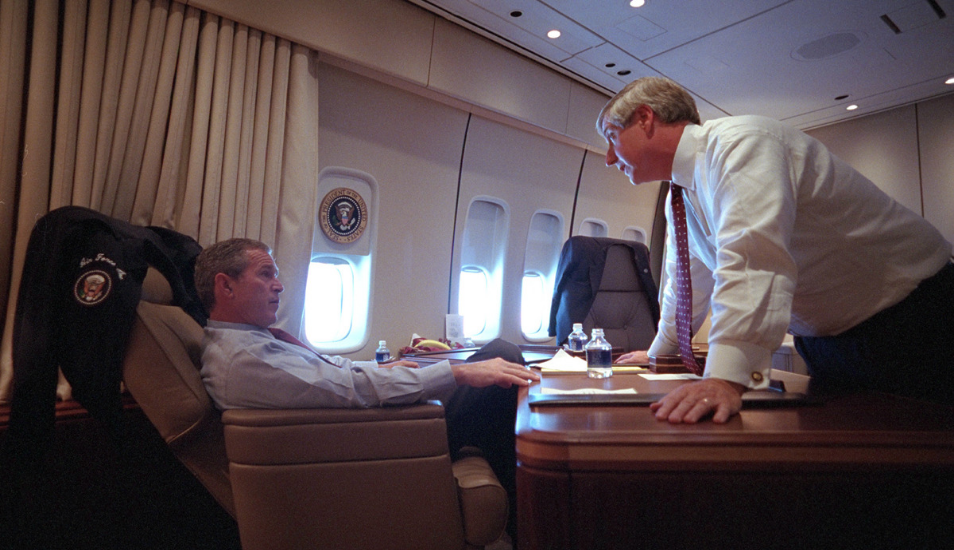El presidente George W. Bush conversa con su personal a bordo del Air Force One. (Foto: The U.S. National Archive en Flickr)