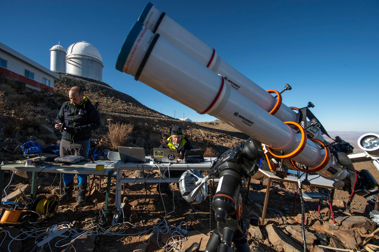 Los astrónomos preparan el equipo antes de un eclipse solar en el Observatorio Europeo del Sur de La Silla (ESO), en La Higuera. (Foto: AFP)