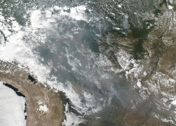 El humo e incendios en varios estados dentro de Brasil, incluidos Amazonas, Mato Grosso y Rondônia, aparecen en esta imagen satelital tomada desde el espacio. (Foto: AFP)