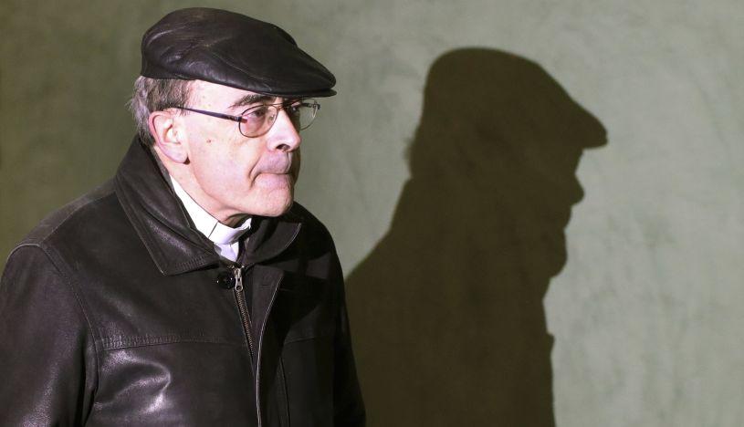 Renuncia cardenal condenado por encubrir abusos en Francia