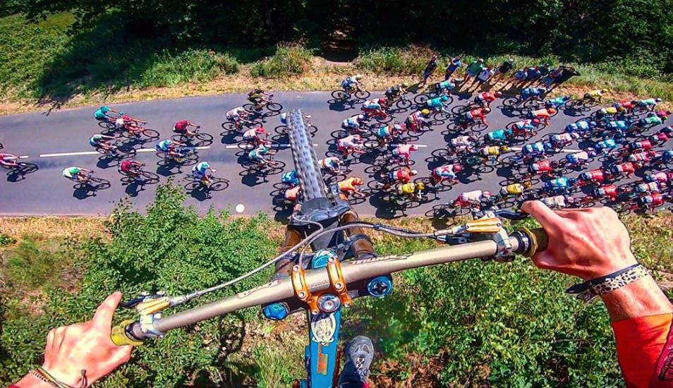 YouTube viral: El alucinante salto de un ciclista de montaña sobre el Tour de Francia | VIDEO
