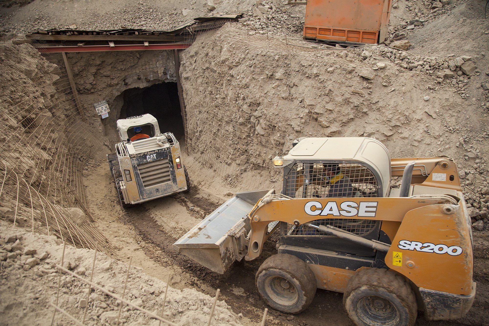 Para llegar a ellos, se trató de desbloquear el túnel con explosiones controladas que no surtieron efecto. (EFE)