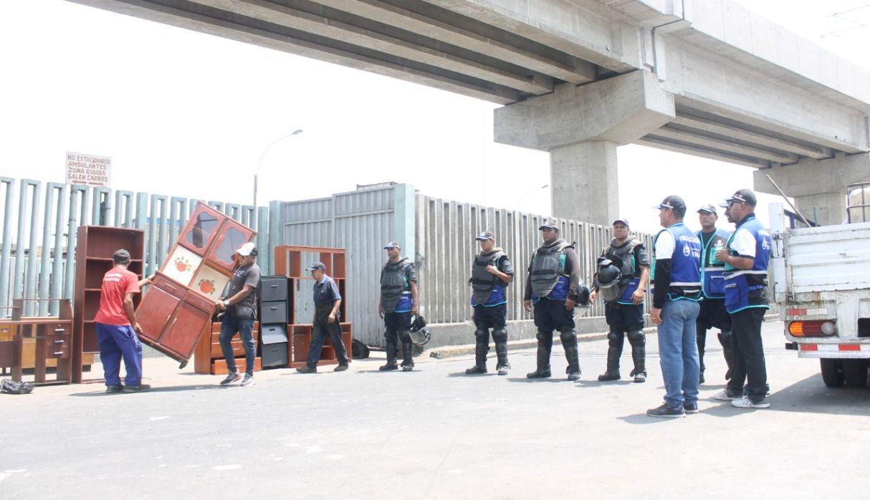 Municipalidad de Lima desaloja a 'cachineros' de la avenida Aviación