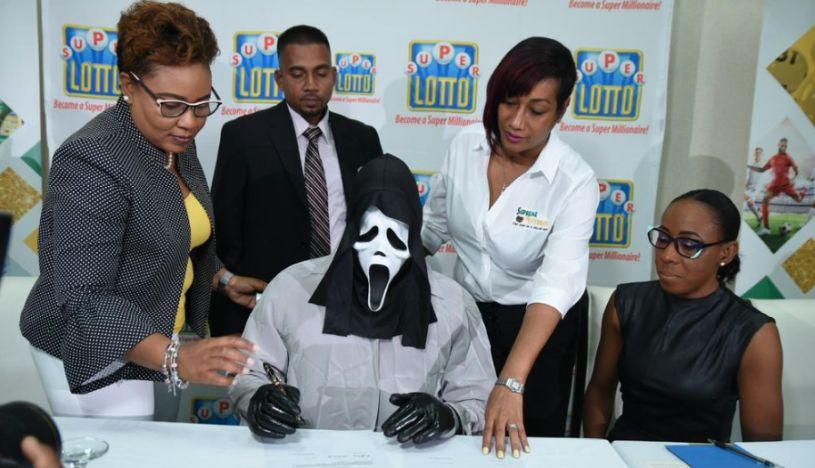 Jamaica: ganó la lotería y se presentó con una máscara para no ser reconocido