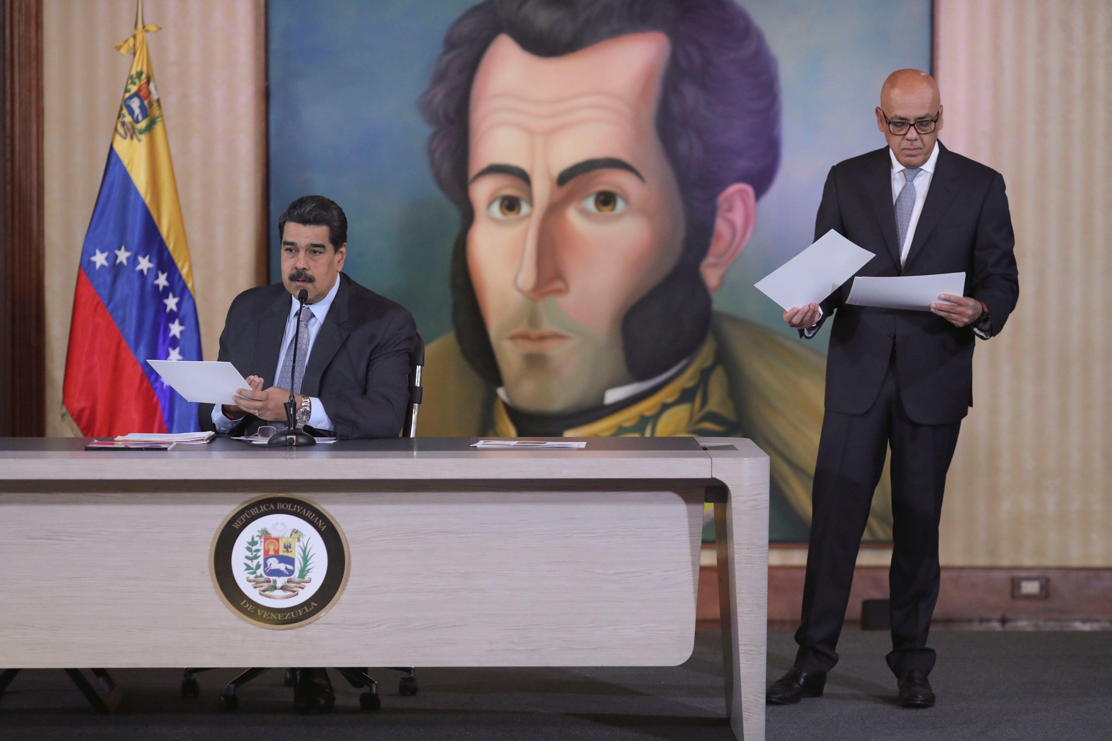 Nicolás Maduro junto al ministro de Comunicación Jorge Rodríguez. (REUTERS/Manaure Quintero).