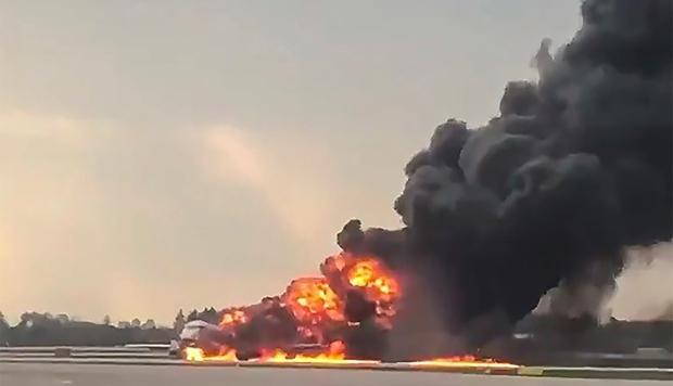 Comparten terrorífico video desde el interior del avión que se incendió en Moscú