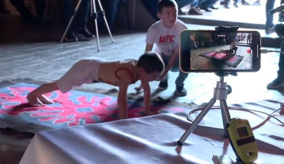 Niño gana una casa para su familia después de hacer casi 4 mil lagartijas
