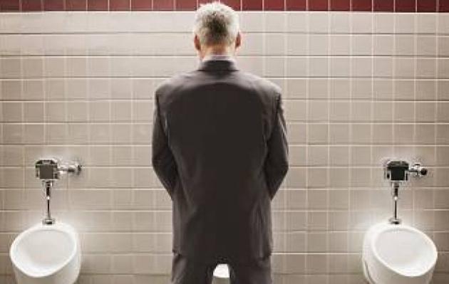 Nueva Zelanda: chileno hacía hoyos en los baños y sacaba fotos de partes íntimas de los hombres