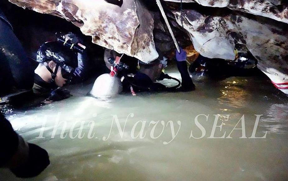 Muere buzo que intentaba rescatar a niños atrapados en cueva de Tailandia